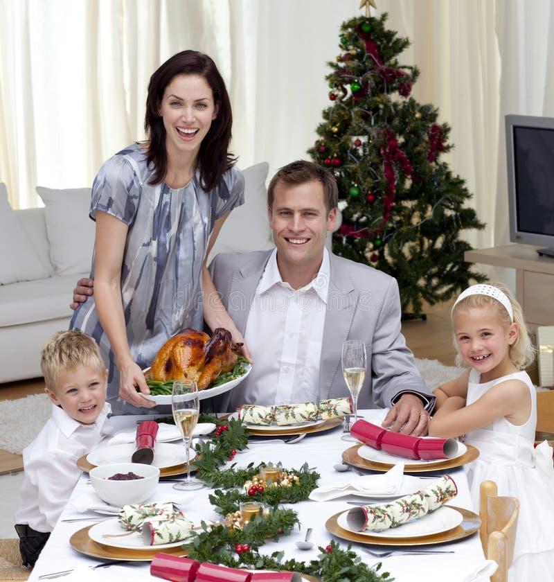 Familia que celebra la cena de la Navidad con el pavo imágenes de archivo libres de regalías
