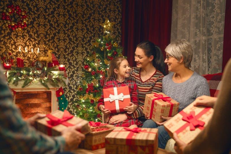 Familia que celebra la Navidad fotografía de archivo libre de regalías