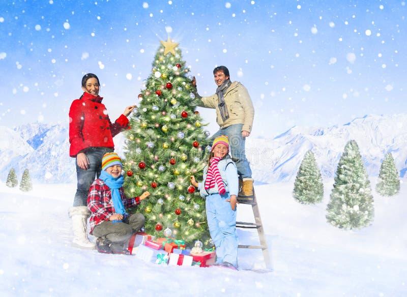Familia que celebra la Navidad al aire libre foto de archivo