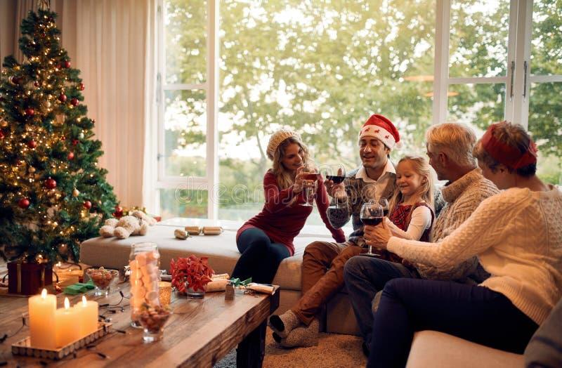 Familia que celebra la Navidad con el vino imagen de archivo libre de regalías