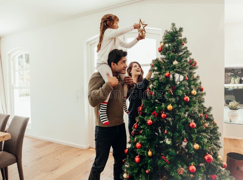 Familia que celebra la Navidad en casa foto de archivo libre de regalías