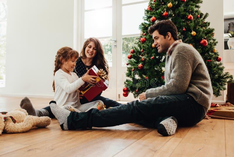 Familia que celebra la Navidad en casa fotografía de archivo libre de regalías