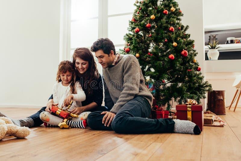 Familia que celebra la Navidad en casa imagen de archivo libre de regalías