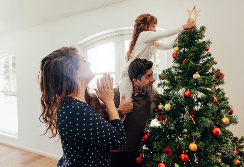 Familia que celebra la Navidad en casa fotos de archivo libres de regalías