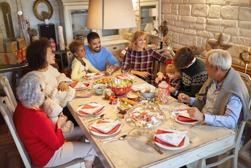 Familia que celebra tiempo de la Navidad y disfrutar de la cena de la Navidad fotos de archivo