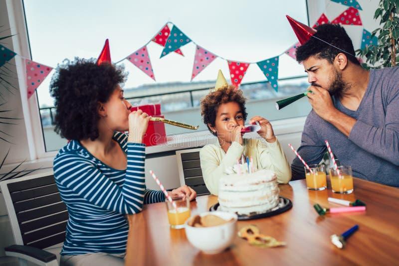 Familia que celebra un cumplea?os junto en casa fotografía de archivo