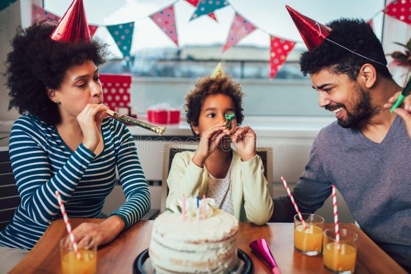 Familia que celebra un cumplea?os junto en casa imagenes de archivo