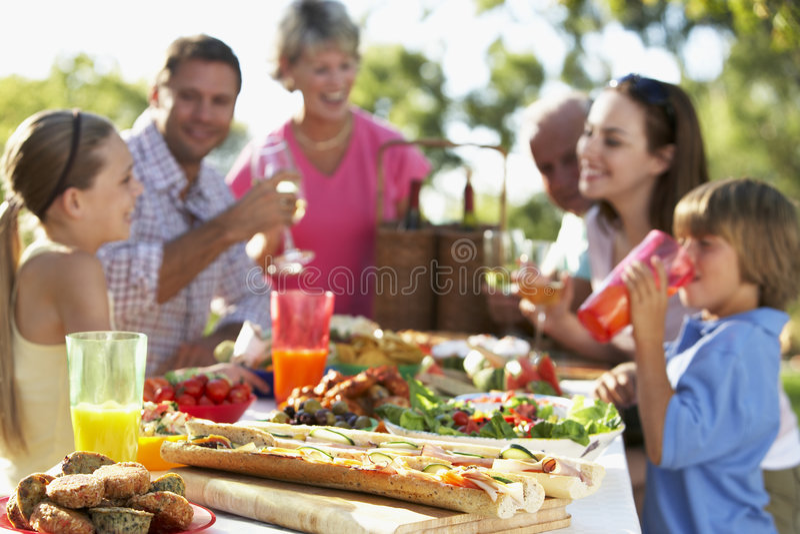 Familia que cena el fresco del Al imagen de archivo