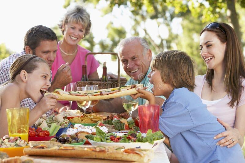 Familia que cena el fresco del Al fotos de archivo libres de regalías