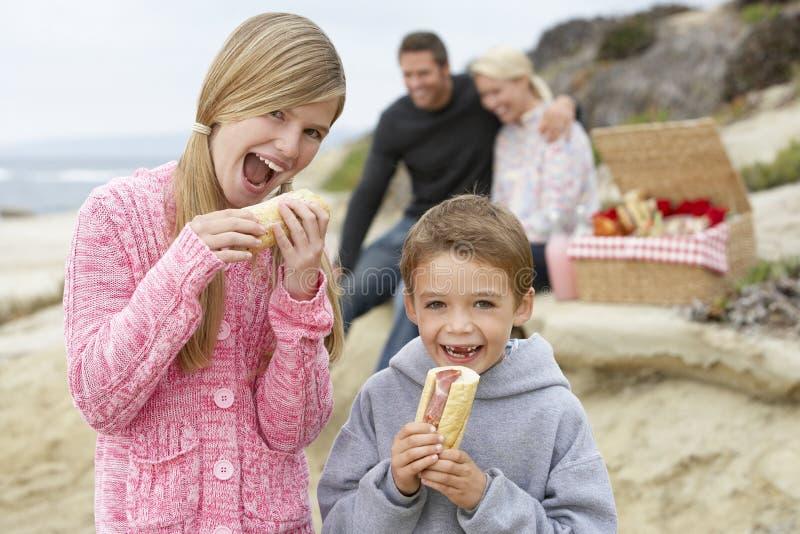 Familia que cena el fresco del Al en la playa fotografía de archivo