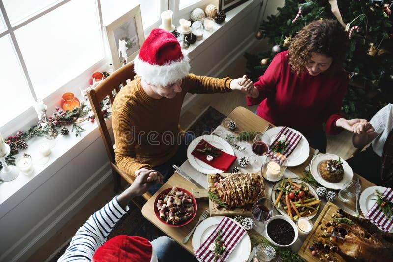 Familia que cena la Navidad imagen de archivo