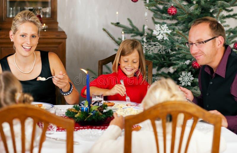 Familia que cena la Navidad foto de archivo