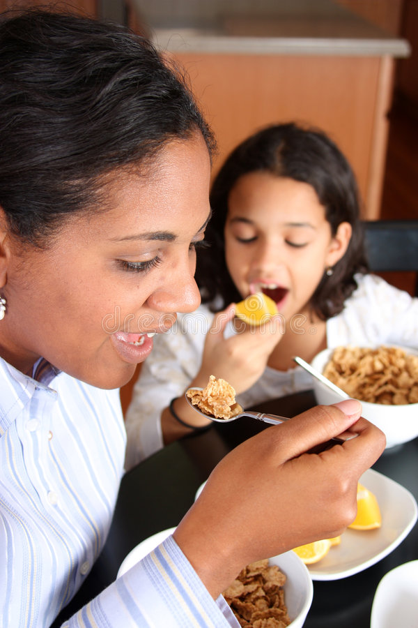 Familia que come el desayuno imagen de archivo libre de regalías