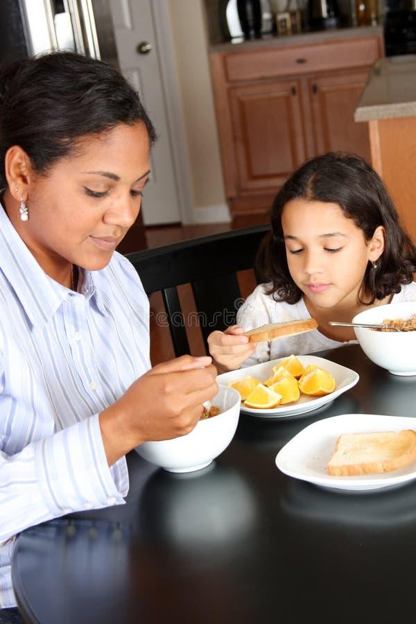 Familia que come el desayuno imágenes de archivo libres de regalías