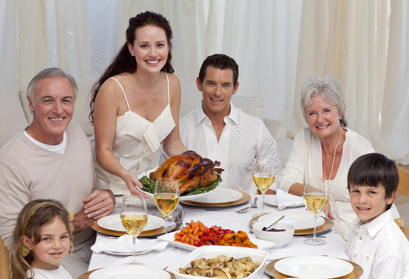 Familia que come el pavo en una cena