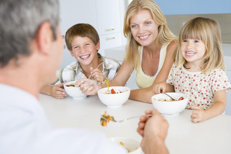Familia que come la comida de A, mealtime junto fotos de archivo
