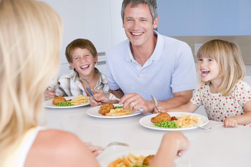 Familia que come la comida de A, mealtime junto foto de archivo libre de regalías