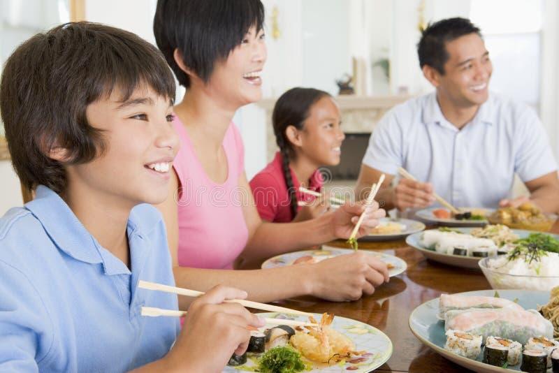 Familia que come la comida de A, mealtime junto imagen de archivo