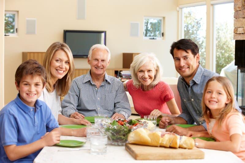 Familia que comparte la comida imagen de archivo