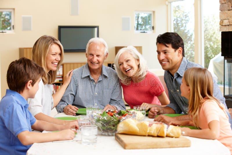 Familia que comparte la comida fotos de archivo libres de regalías