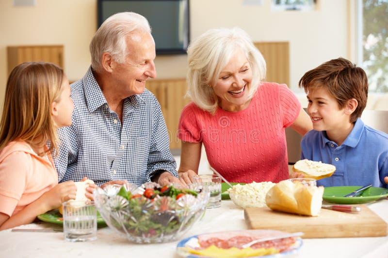 Familia que comparte la comida foto de archivo