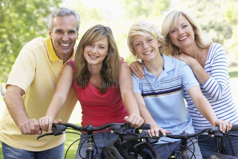 Familia que completa un ciclo a través de un parque