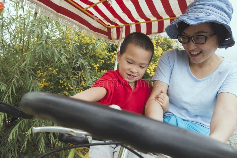 Familia que conduce la bicicleta fotografía de archivo
