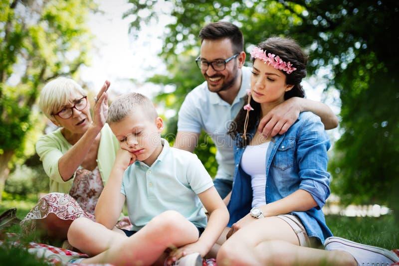 Familia que consuela a poco niño obstinado y que maneja emociones imagen de archivo libre de regalías