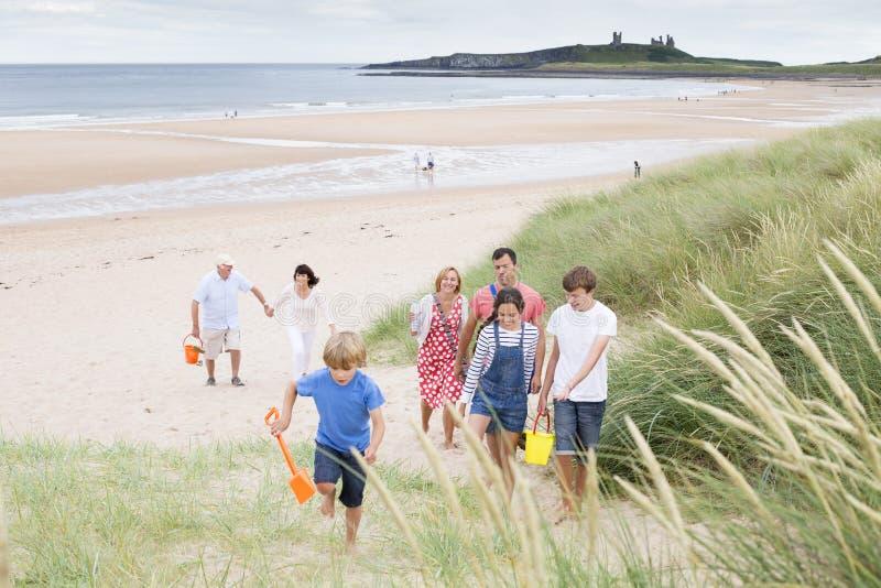 Familia que deja la playa fotografía de archivo libre de regalías