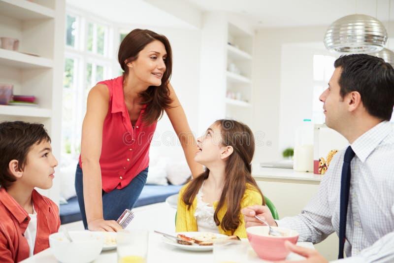 Familia que desayuna antes de trabajo imagen de archivo libre de regalías