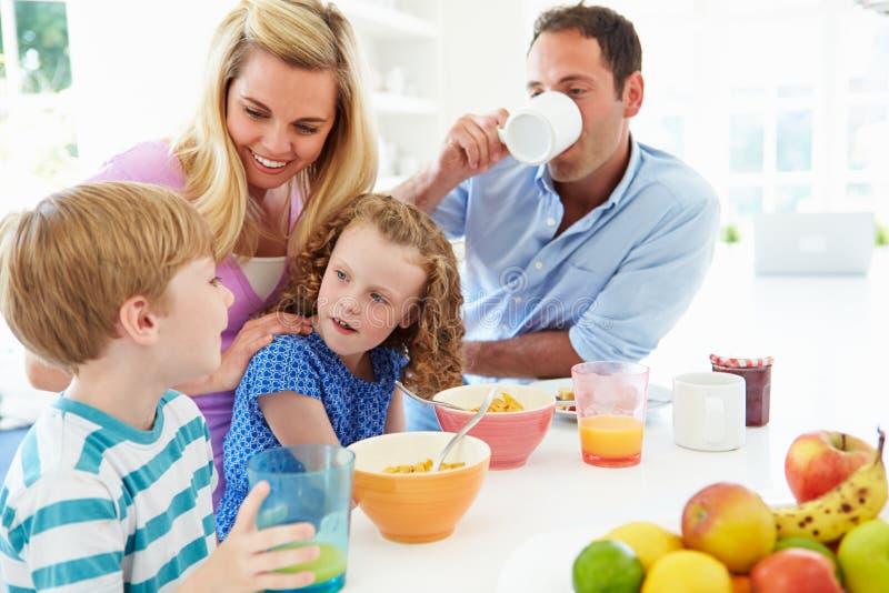 Familia que desayuna en cocina junto imágenes de archivo libres de regalías