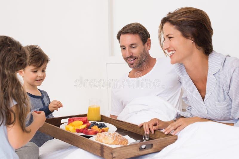Familia que desayuna junto imagenes de archivo