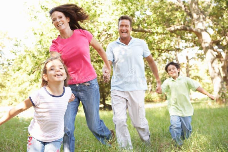 Familia que disfruta de la caminata en parque imagenes de archivo