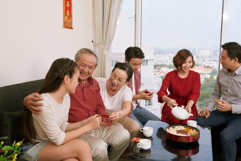 Familia que disfruta de la celebración de Tet imágenes de archivo libres de regalías