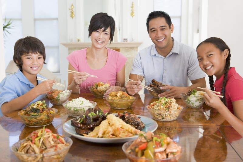 Familia que disfruta de la comida, mealtime junto fotografía de archivo