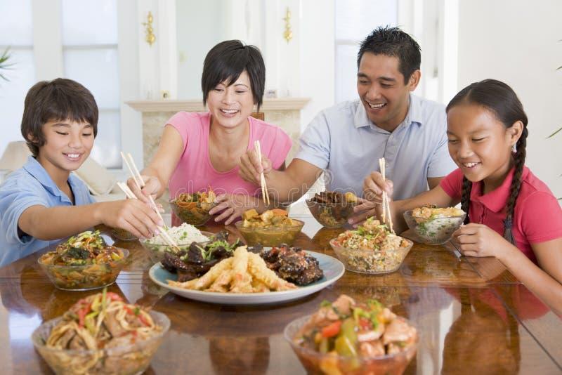 Familia que disfruta de la comida, mealtime junto imagen de archivo libre de regalías