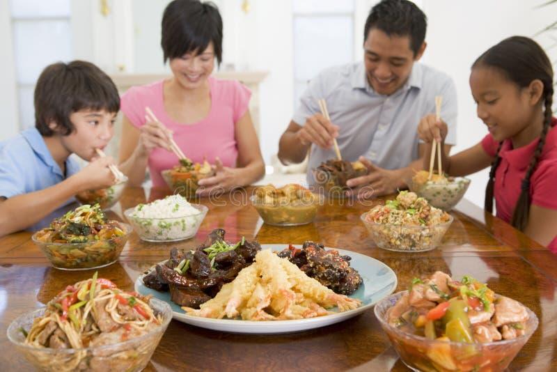 Familia que disfruta de la comida, mealtime junto imágenes de archivo libres de regalías