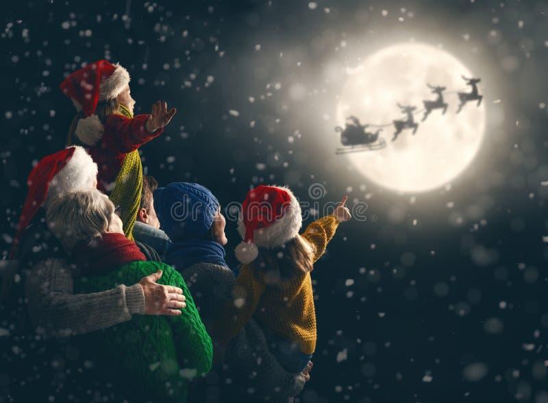 Familia que disfruta de la Navidad fotografía de archivo