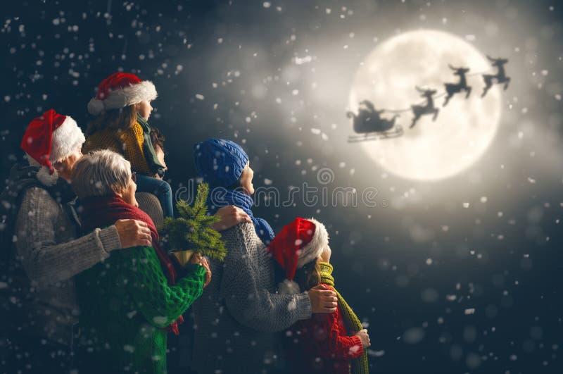 Familia que disfruta de la Navidad imágenes de archivo libres de regalías