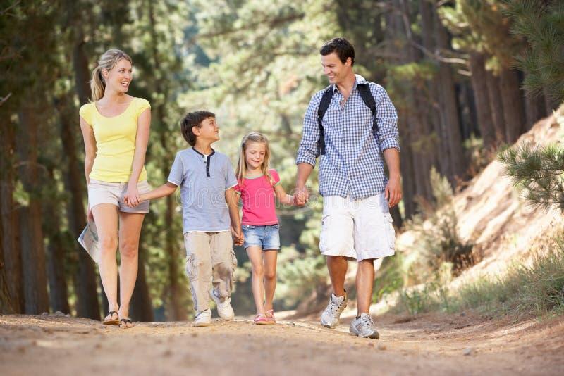 Familia que disfruta de una caminata en el campo fotos de archivo