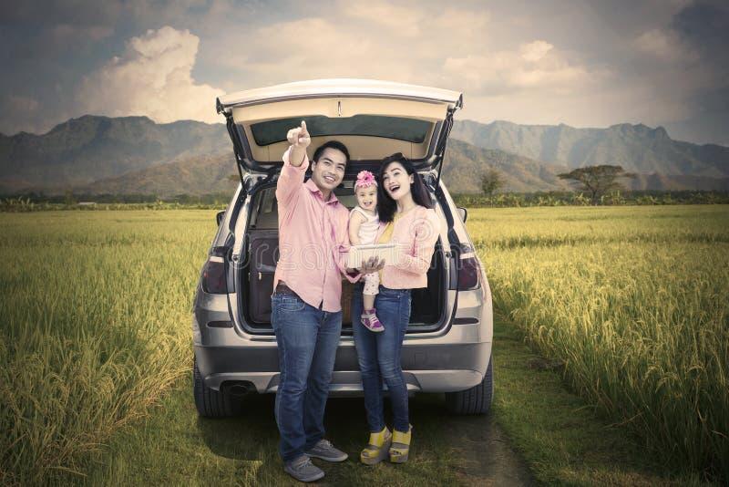 Familia que disfruta de viaje por carretera con Mountain View imágenes de archivo libres de regalías