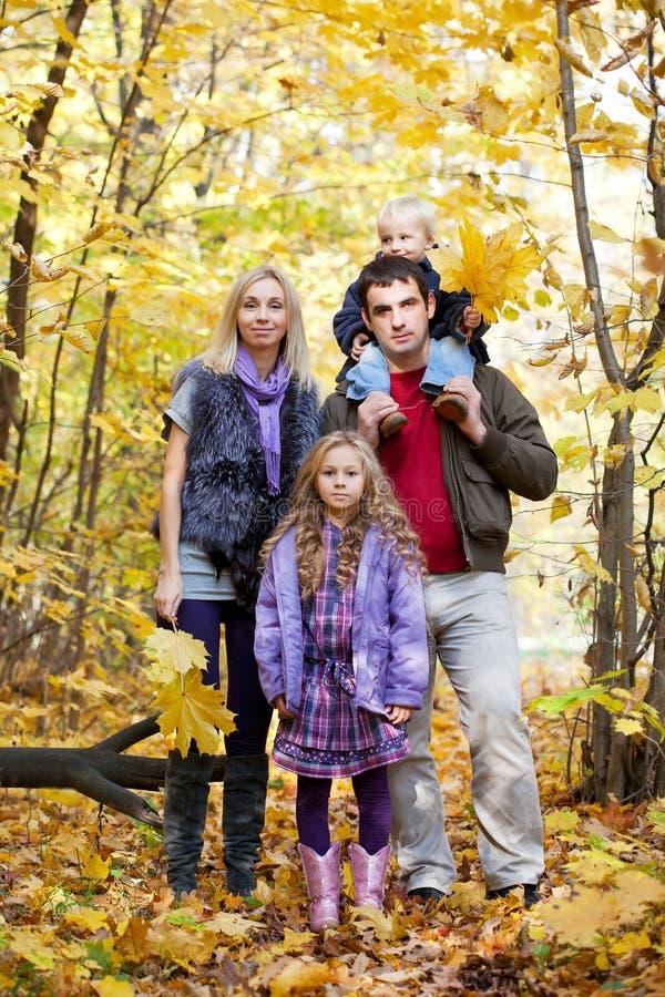 Familia que disfruta del paseo imagen de archivo