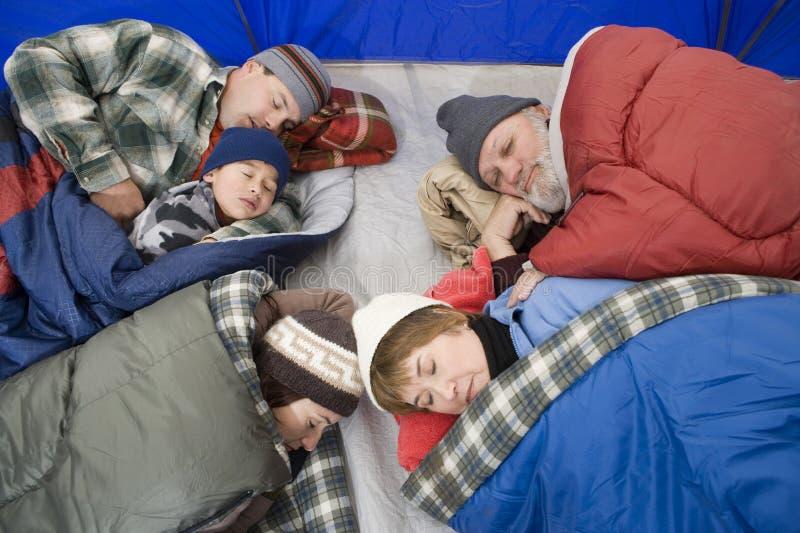 Familia que duerme en tienda imágenes de archivo libres de regalías