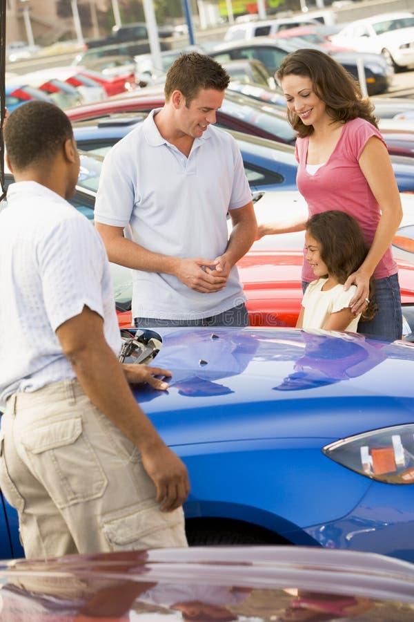 Familia que elige el nuevo coche imágenes de archivo libres de regalías