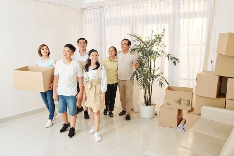 Familia que entra en la nueva casa fotografía de archivo
