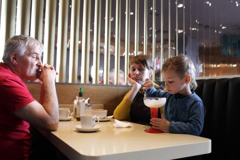 Familia que espera a su niño fotografía de archivo libre de regalías