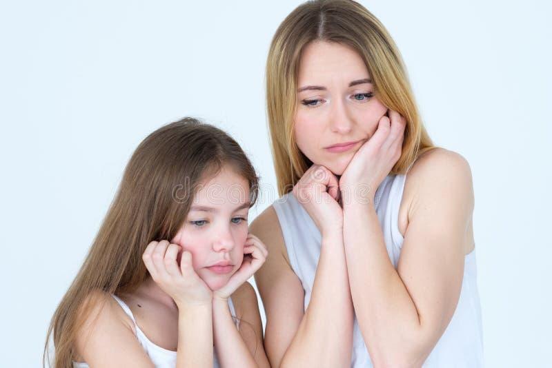 Familia que falta que espera de la hija pensativa triste de la madre imagen de archivo