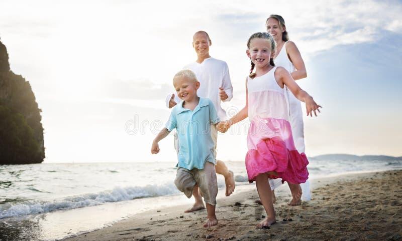 Familia que funciona con concepto juguetón del día de fiesta del viaje de las vacaciones fotos de archivo