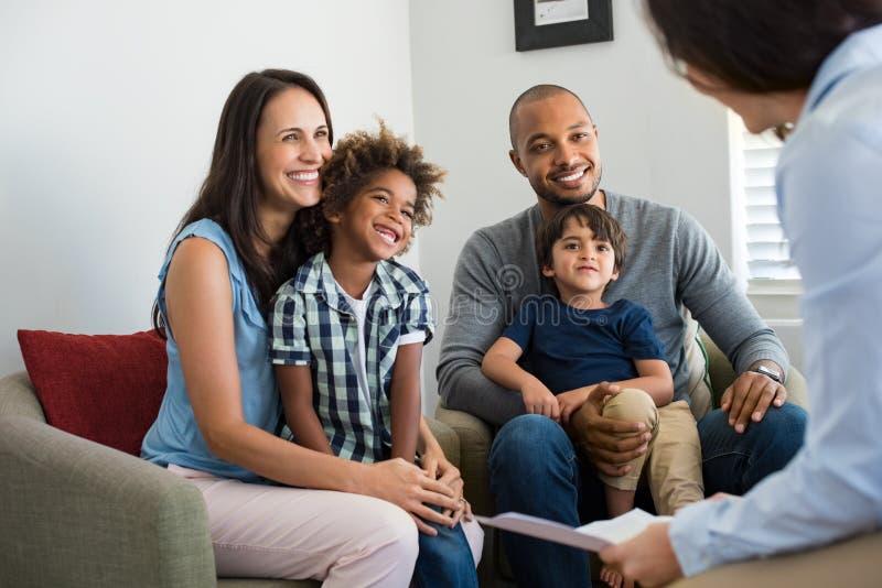 Familia que habla con el consejero imagen de archivo libre de regalías