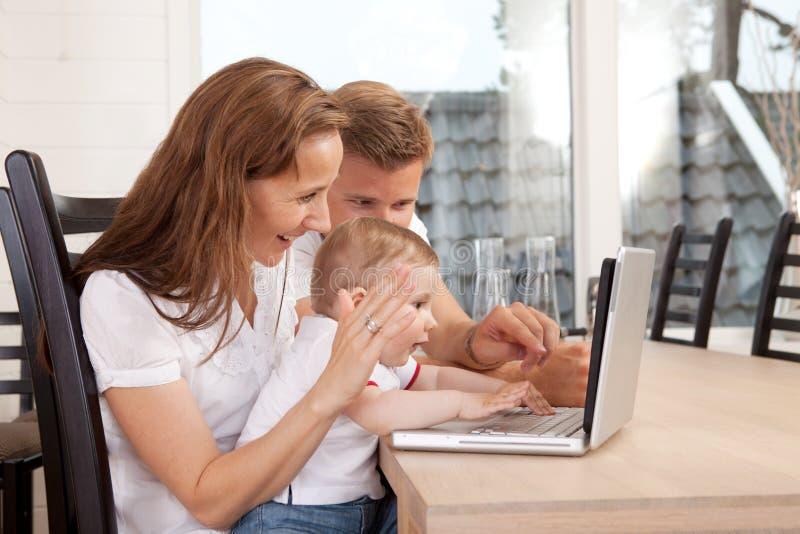 Familia que habla con la charla video fotos de archivo libres de regalías